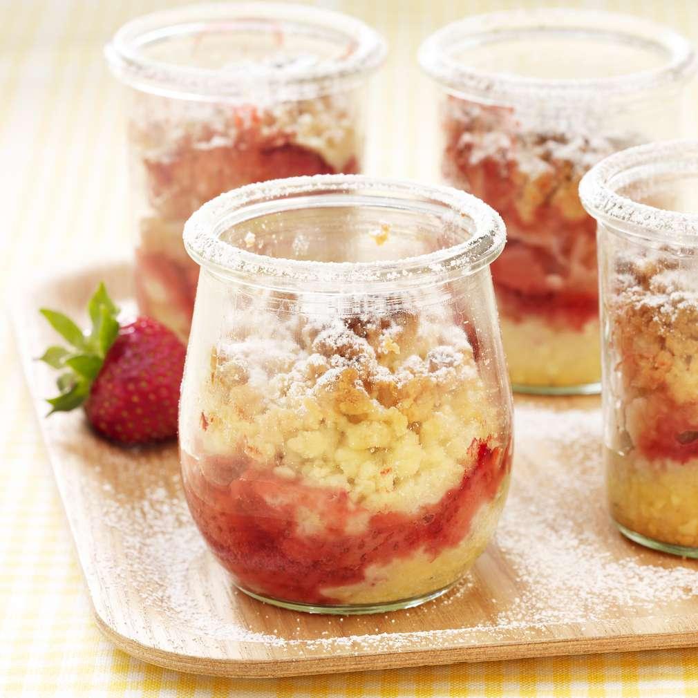 Zobrazit Rychlý skleničkový crumble s jahodami a rebarborou receptů