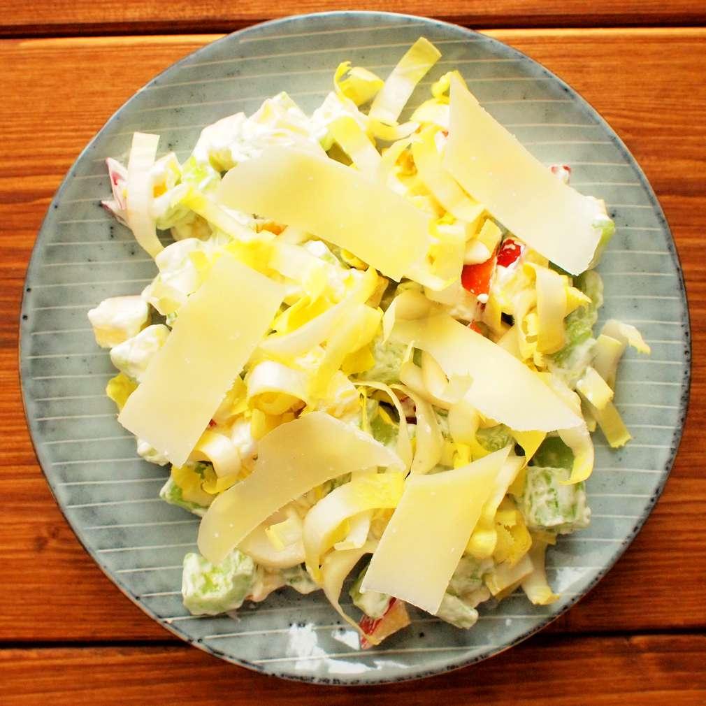 Celerový salát s čekankou a jablky