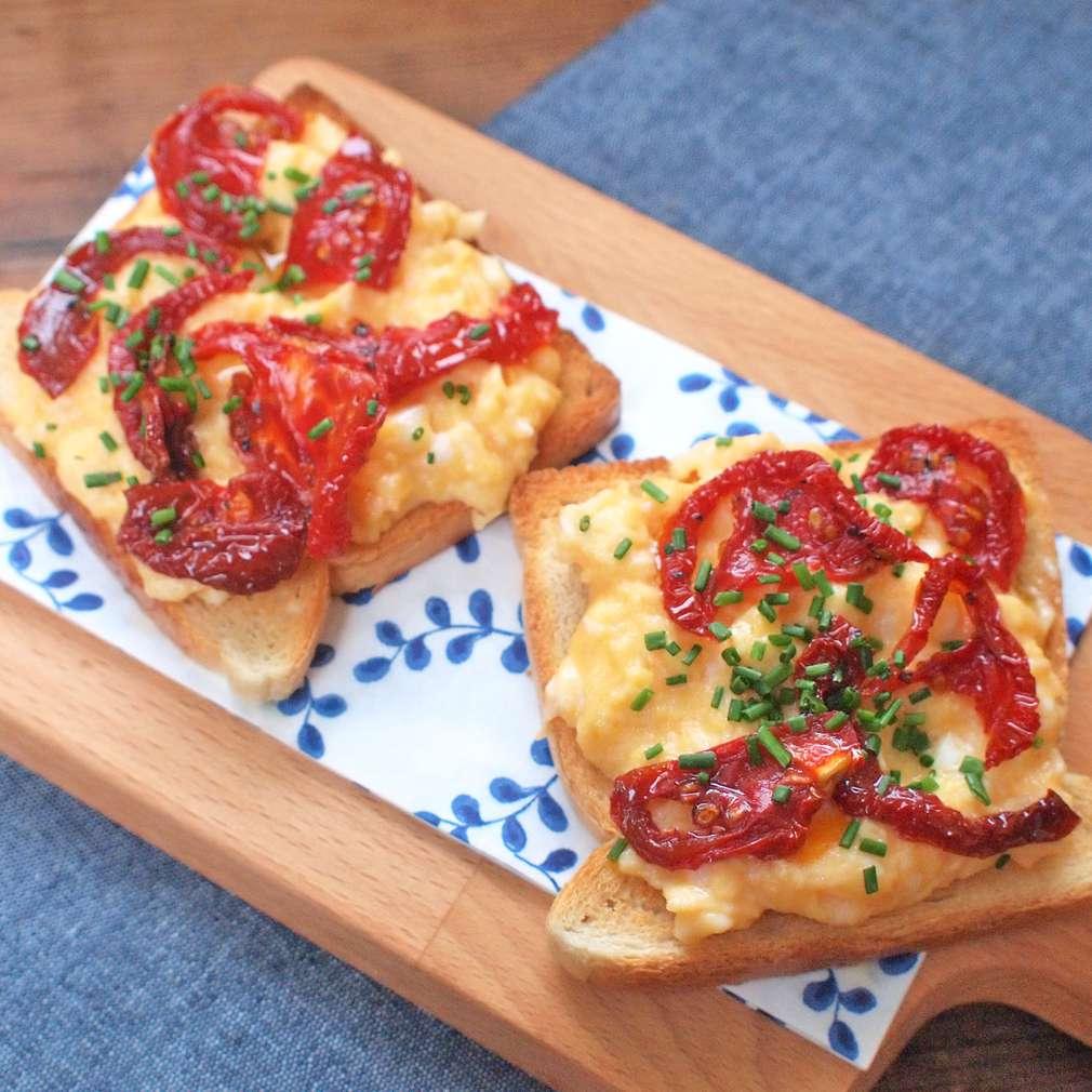 Topinky s vejci a sušenými rajčaty