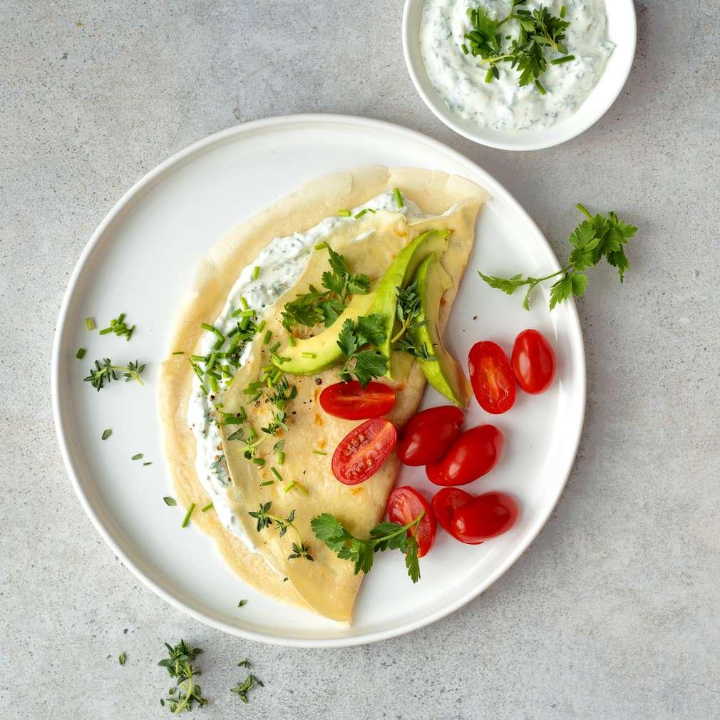 Zobrazit Slané palačinky s bylinkovým tvarohem a avokádem receptů
