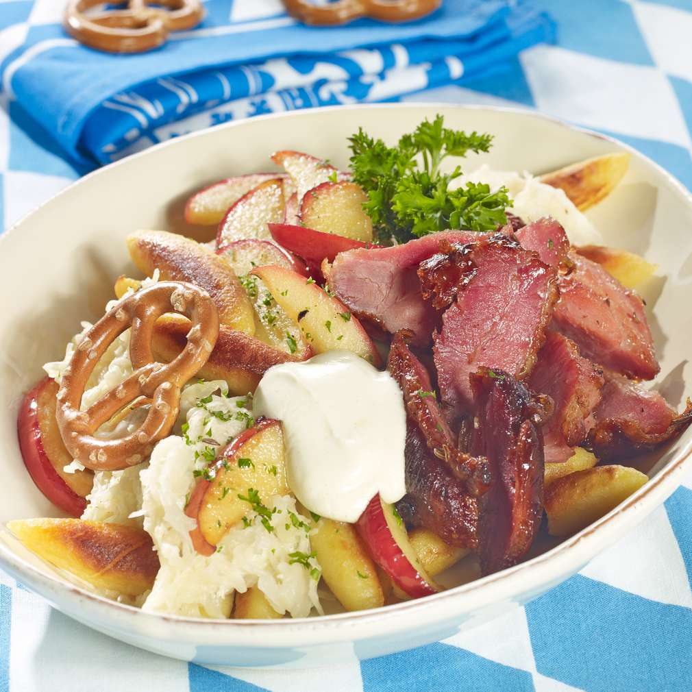 Abbildung des Rezepts Oktoberfesthaxe mit Schupfnudel-Sauerkrautpfanne und Senfdip