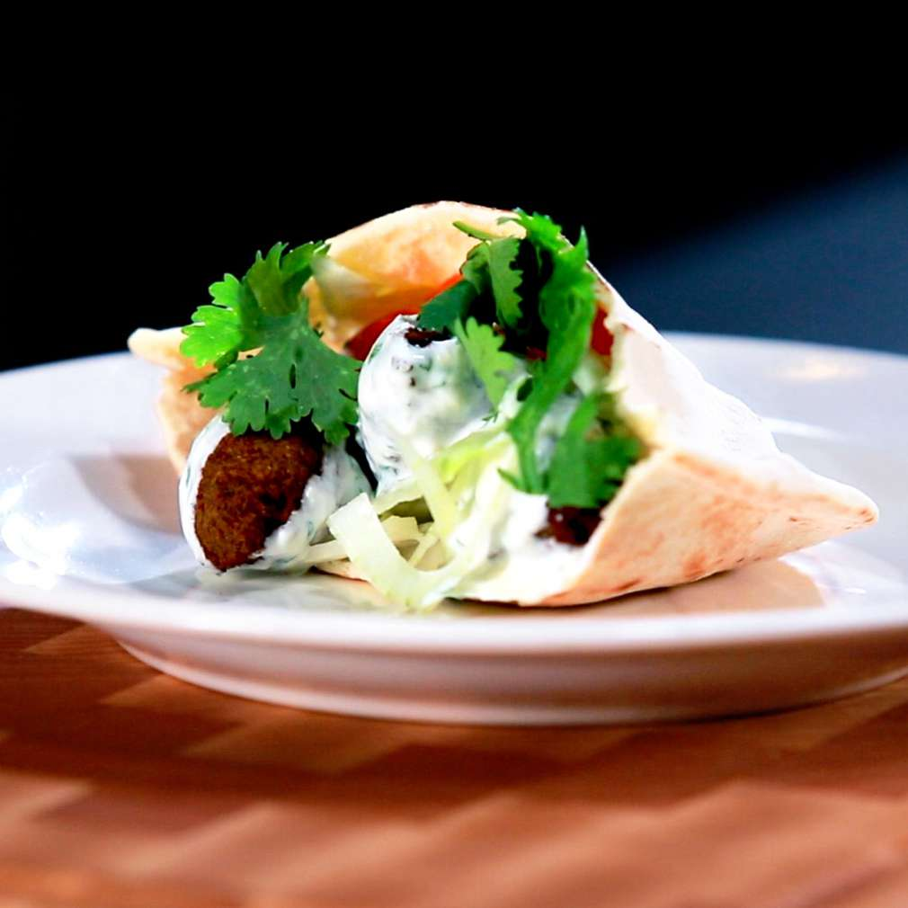 Zobrazit Falafel v pita chlebu se zeleninou a dresingem receptů