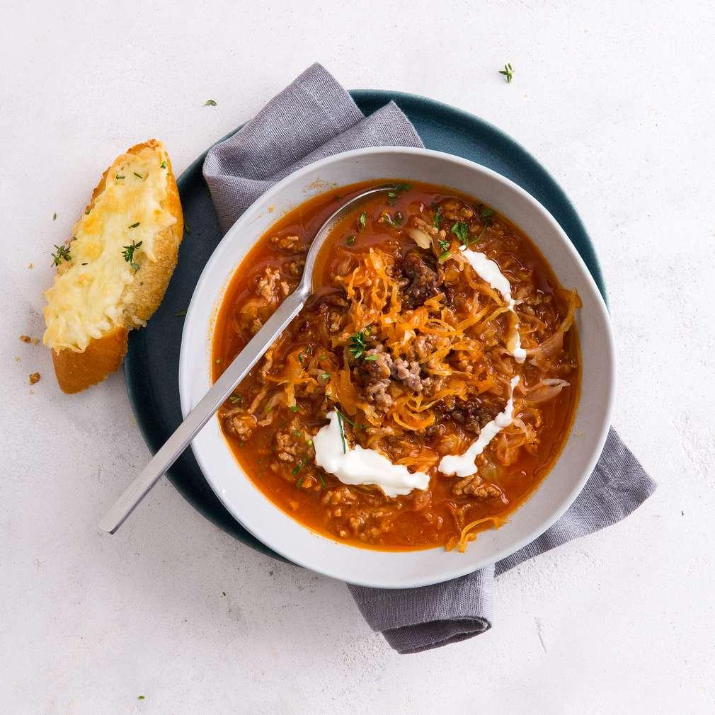 Zobrazit Vydatná polévka s kysaným zelím a sýrovou bagetou receptů