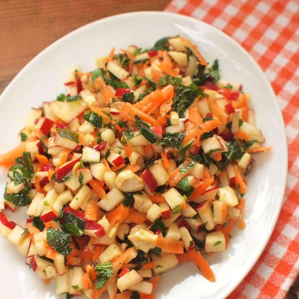 Jablkový salát s kešu oříšky