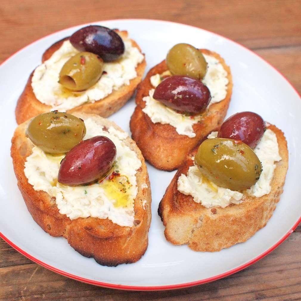 Česnekové topinky s olivami