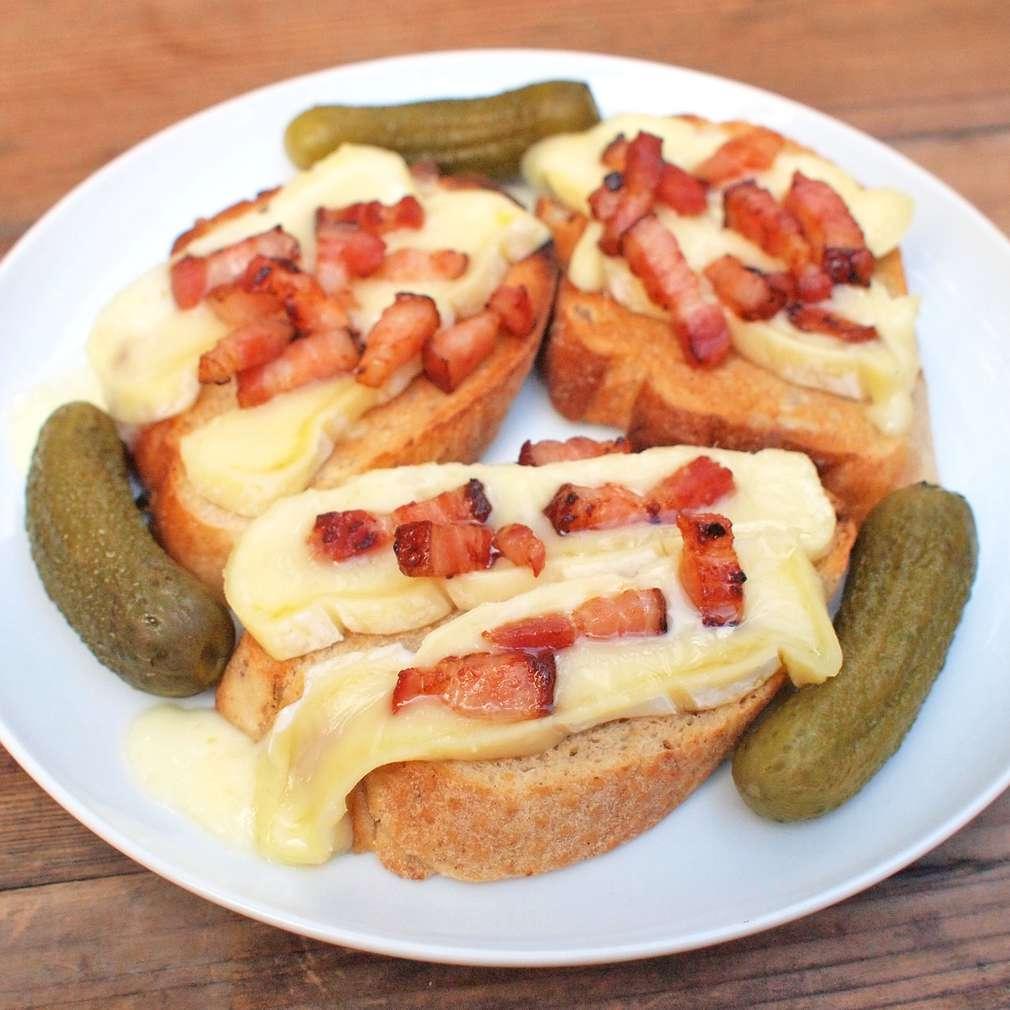 Topinky se zapečeným sýrem