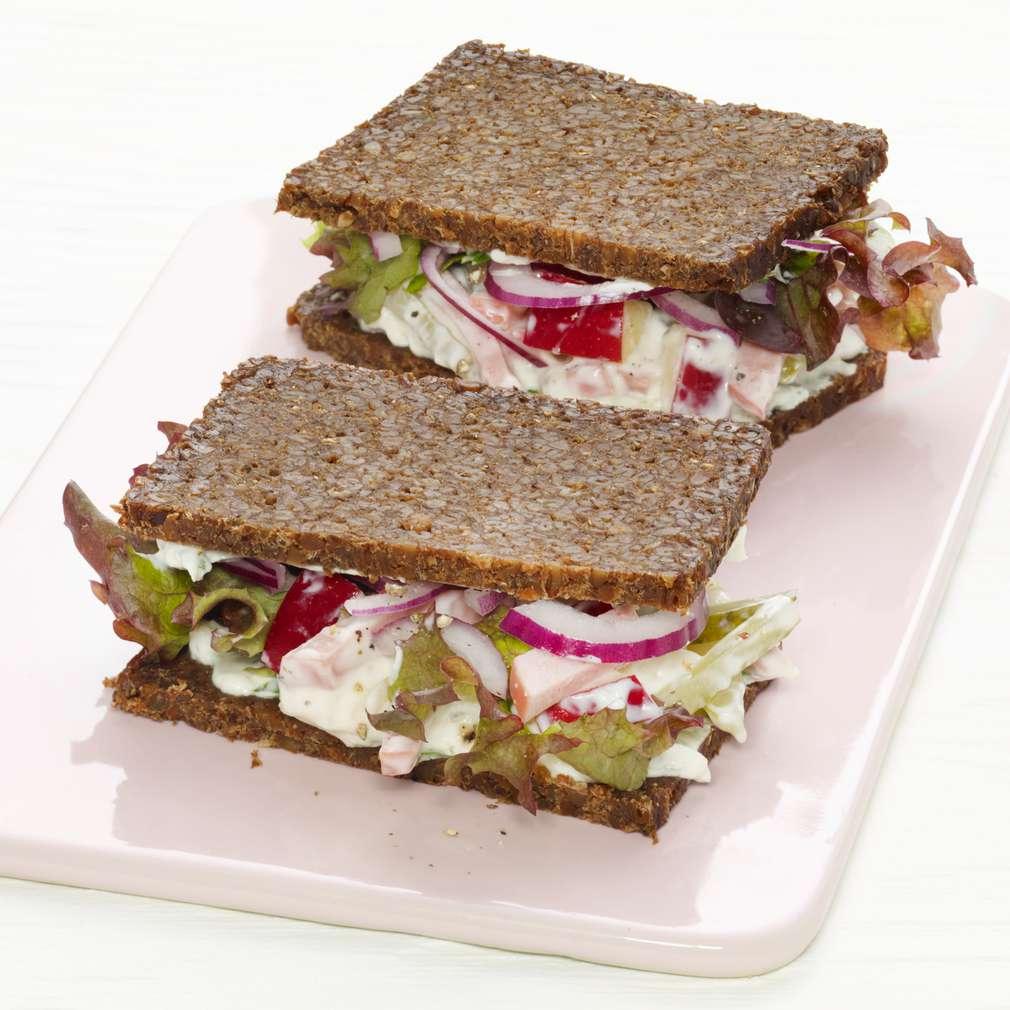 Abbildung des Rezepts Pumpernickelsandwiches mit Fleischsalat