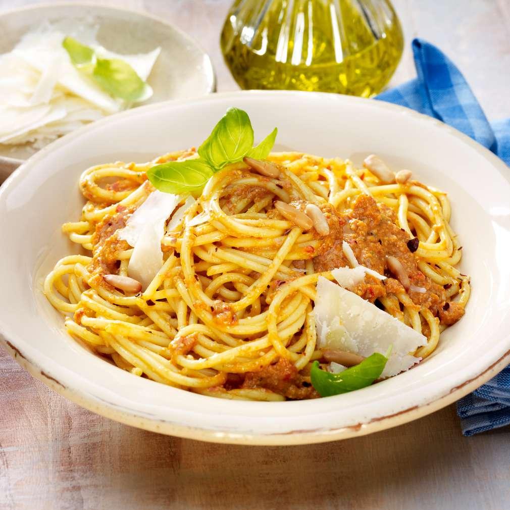 Abbildung des Rezepts Spaghetti mit Tomaten-Nuss-Pesto
