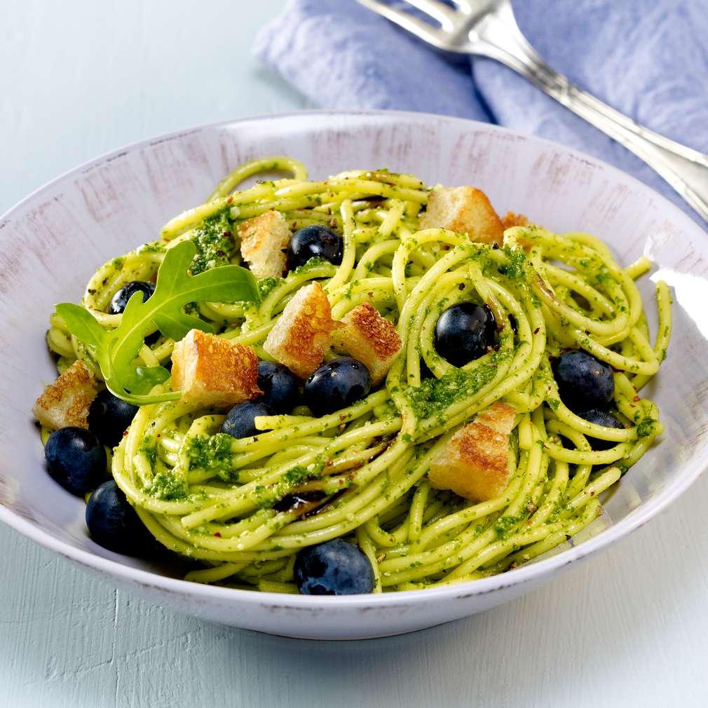 Abbildung des Rezepts Rucola-Pasta mit Croûtons und Blaubeeren