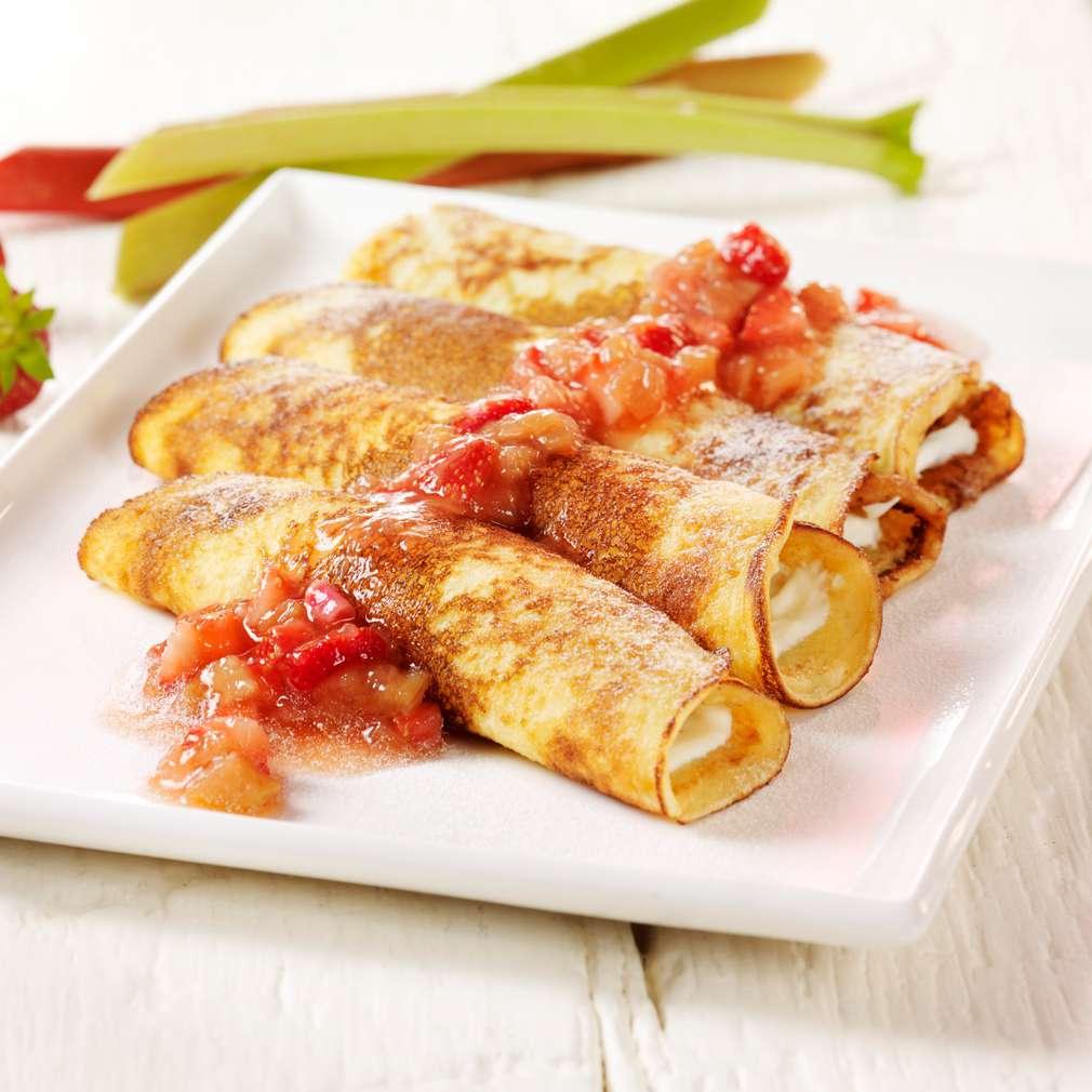 Abbildung des Rezepts Pfannkuchenröllchen mit Erdbeer-Rhabarber-Kompott