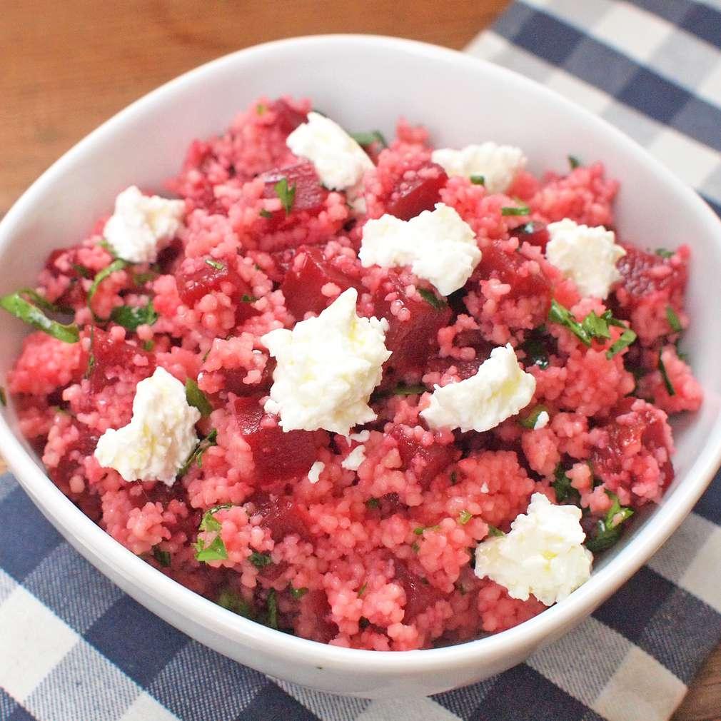 Zobrazit Kuskus s červenou řepou a kozím sýrem receptů