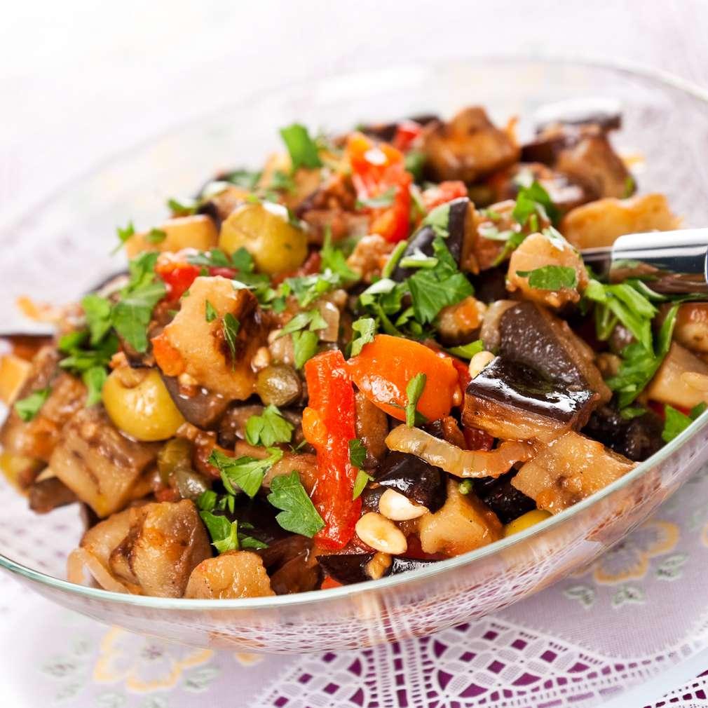 Salată de legume coapte și muguri de pin