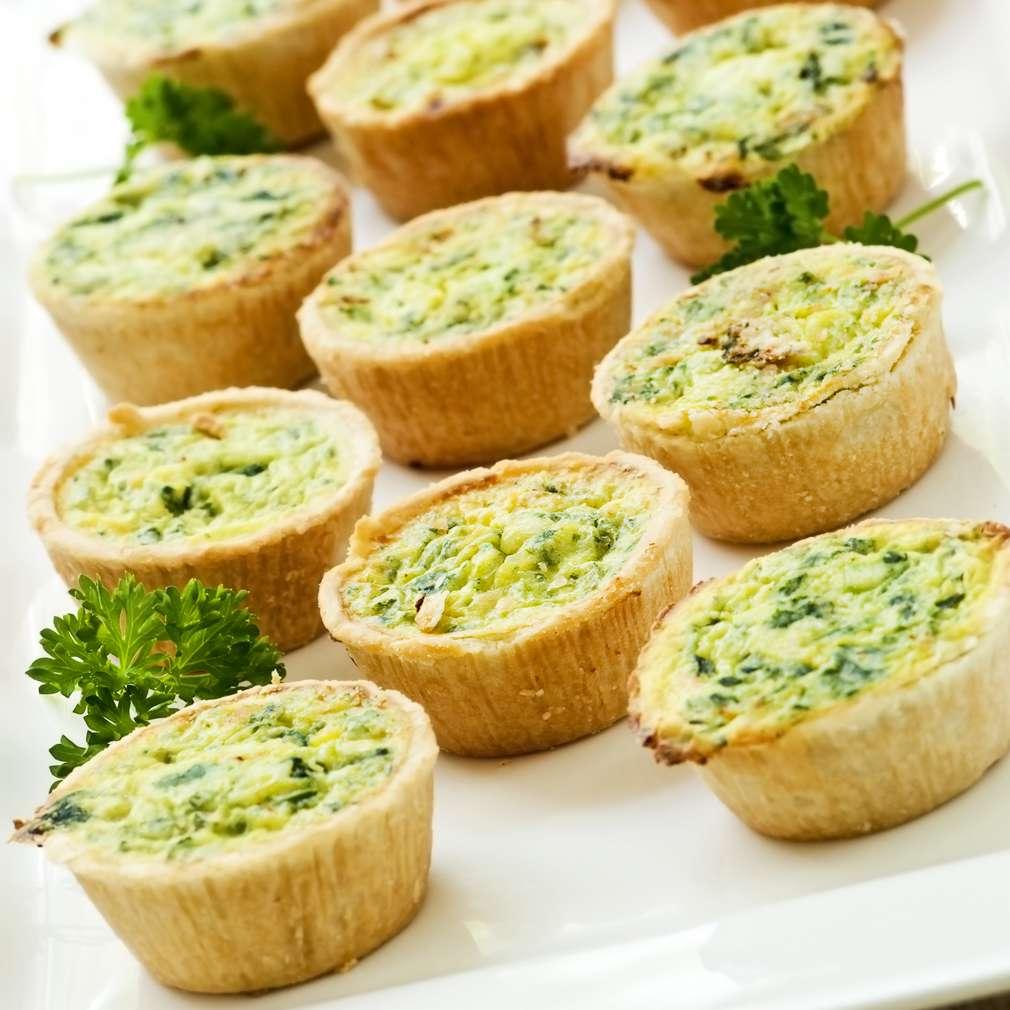 Mini tarte cu brânză și verdețuri
