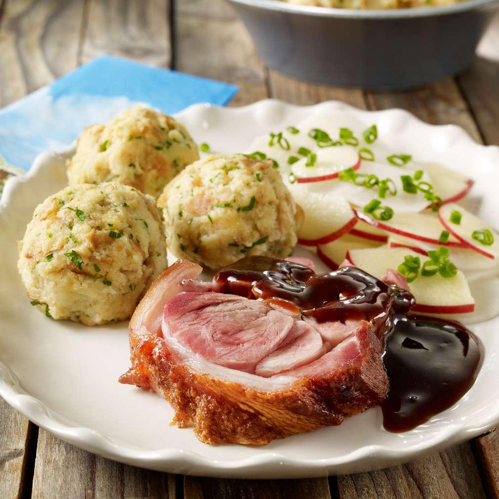 Găluște din covrigi cu ciolan și salată de ridichi