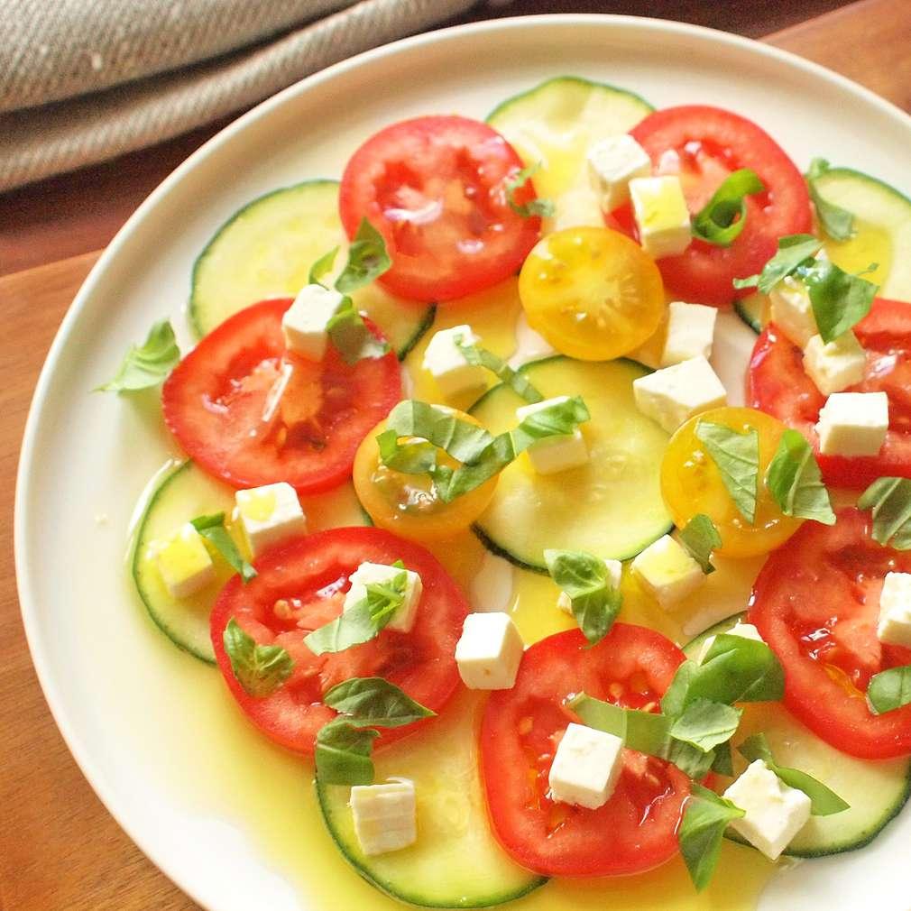 Zobrazit Rajský salát s marinovanou cuketou receptů