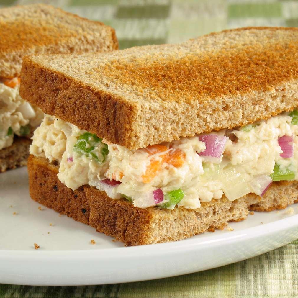 Imaginea rețetei Sendviș cu salată de țelină cu pui