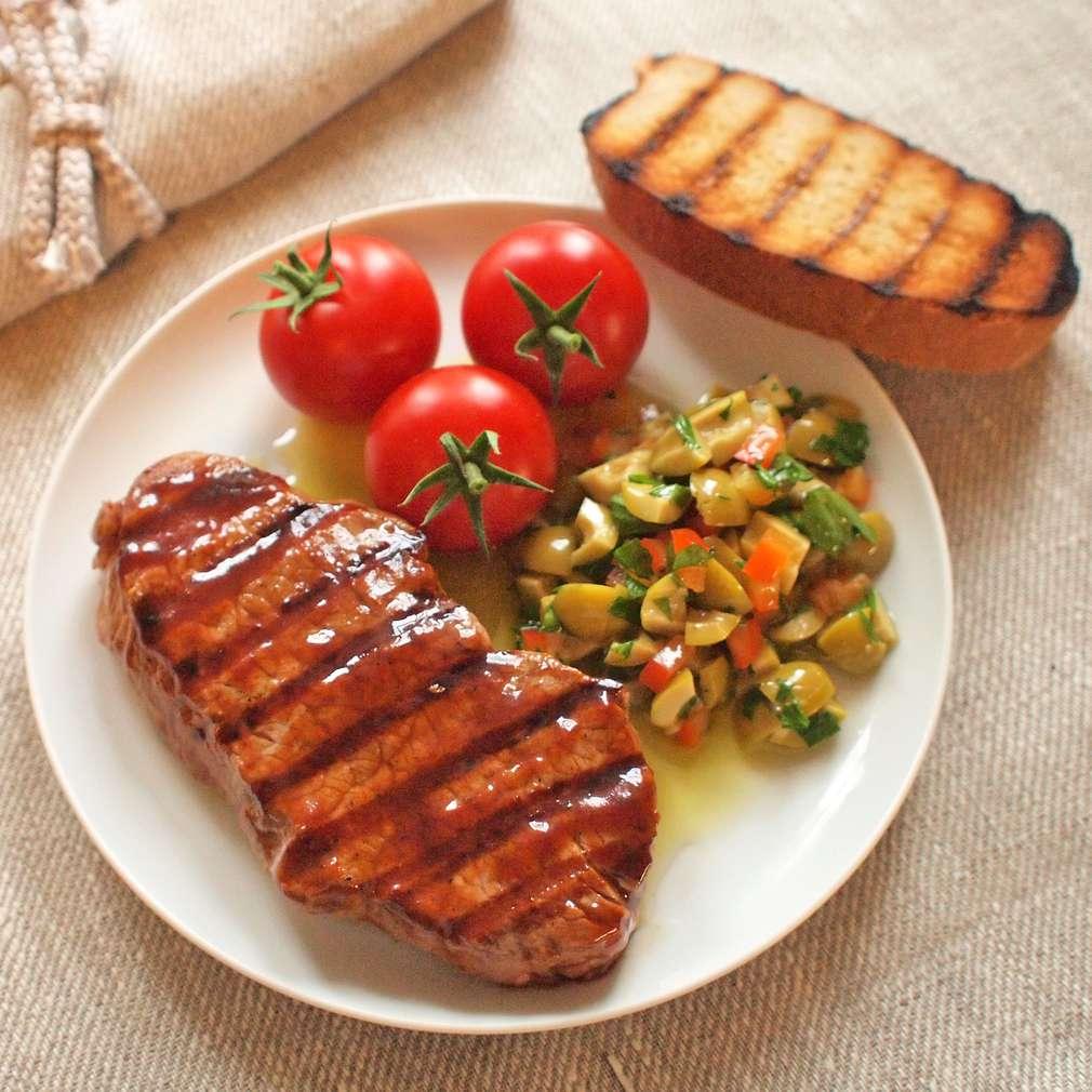 Zobrazit Grilovaný rumpsteak s olivovým salátkem receptů