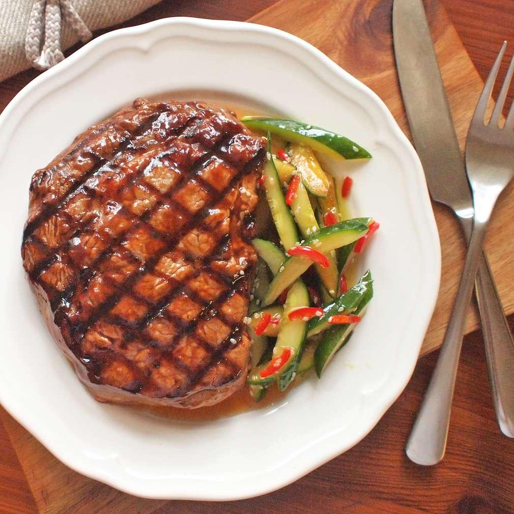 Zobrazit Grilovaný steak s chilli okurkami receptů