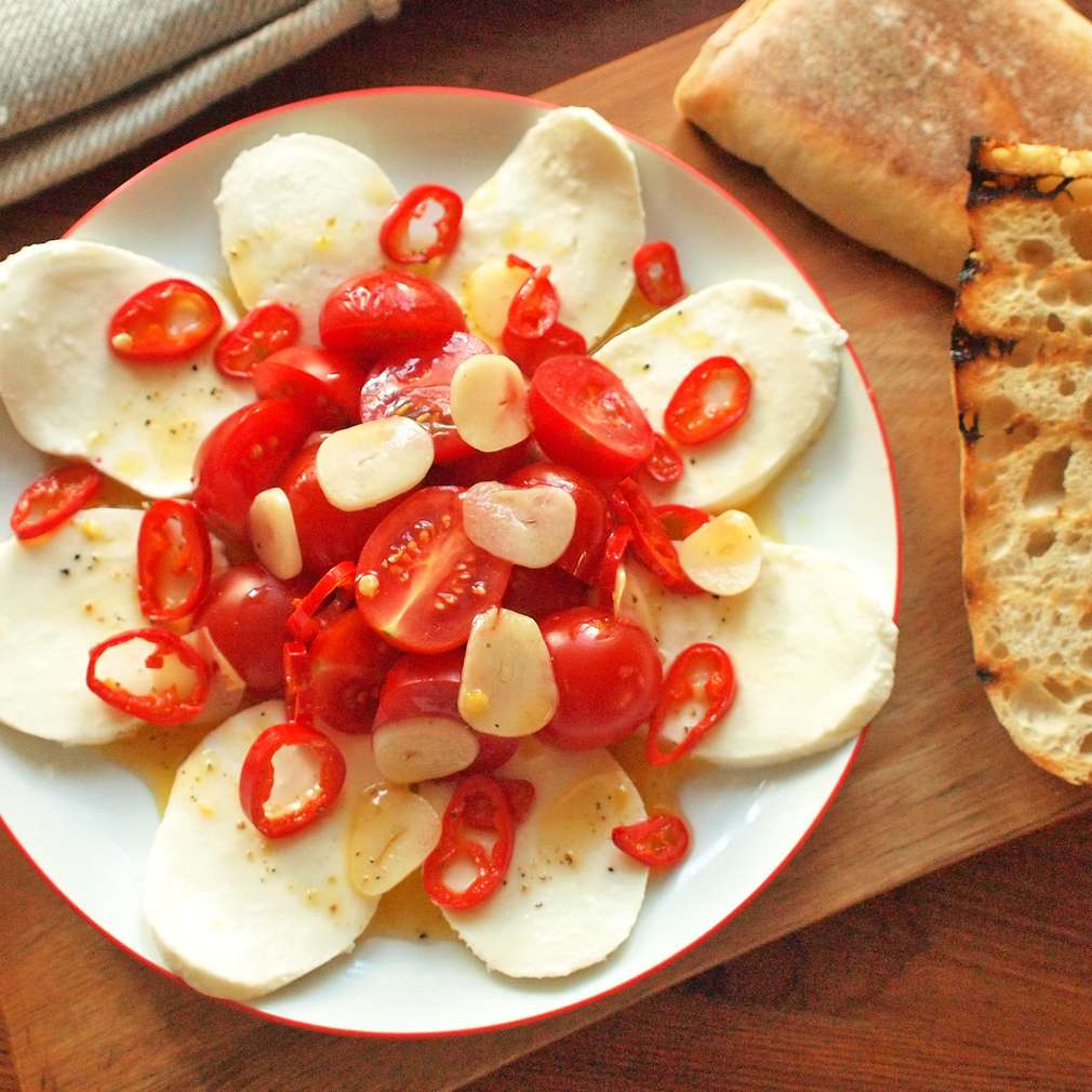 Zobrazit Třešňová rajčata s chilli mozzarellou receptů