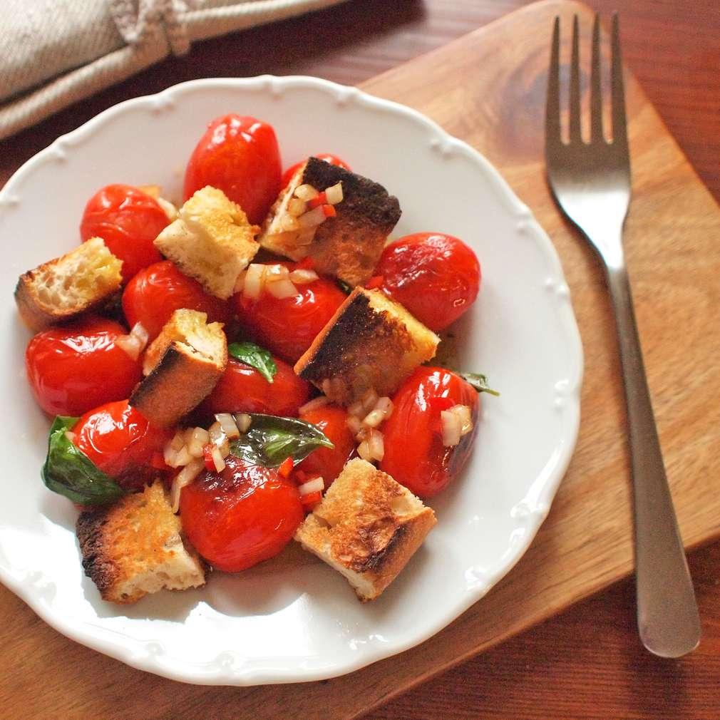 Zobrazit Chlebový salát s pečenými rajčaty receptů