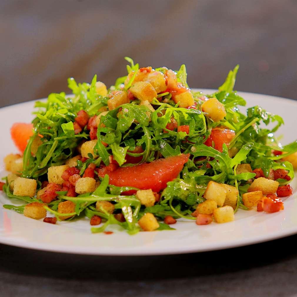 Zobrazit Rukolový salát se slaninou, krutony a grepem receptů