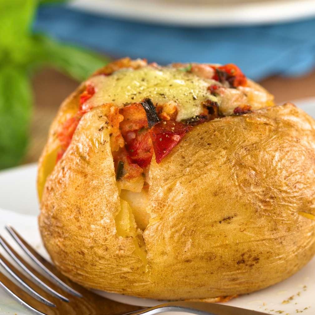 Cartofi copţi umpluți cu carne și roșii