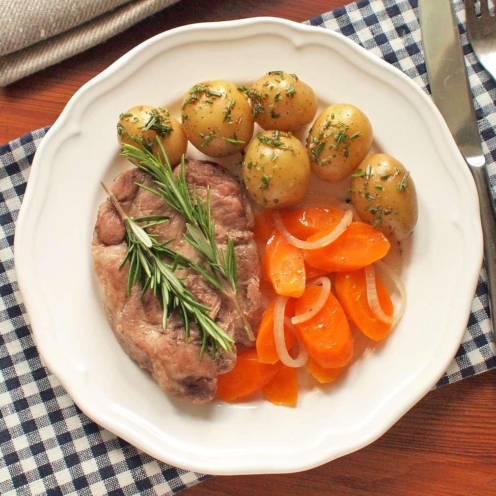 Zobrazit Krkovička v alobalu s bramborem a mrkví receptů