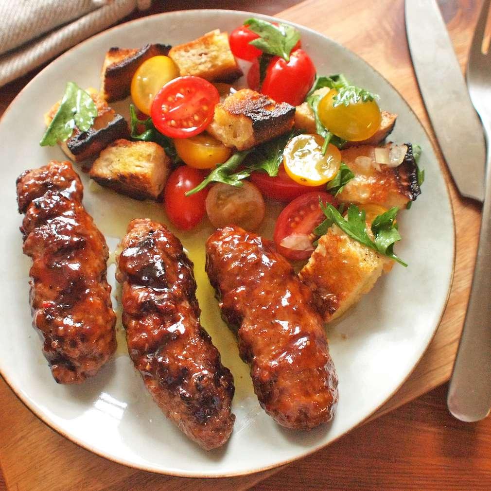 Zobrazit Čevapčiči s chlebovým salátem receptů