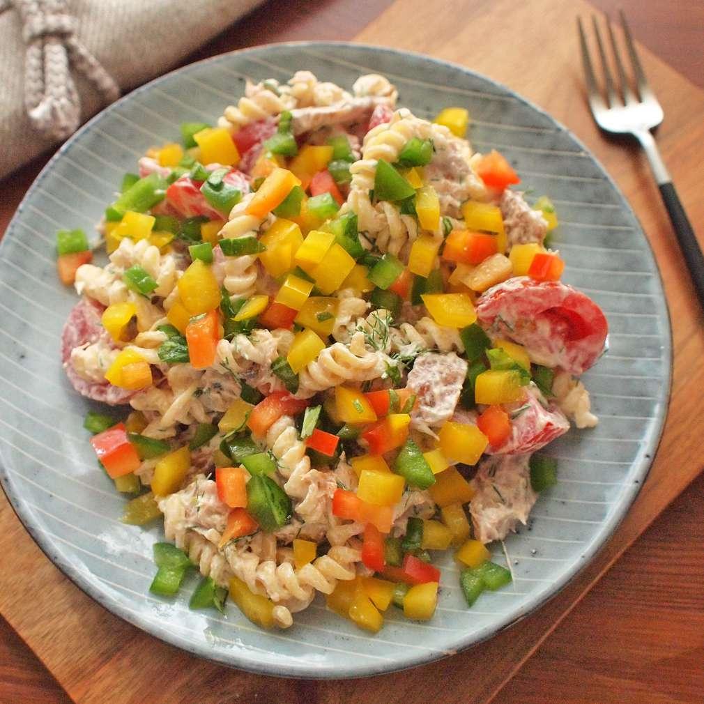 Těstovinový salát s uzeným kaprem