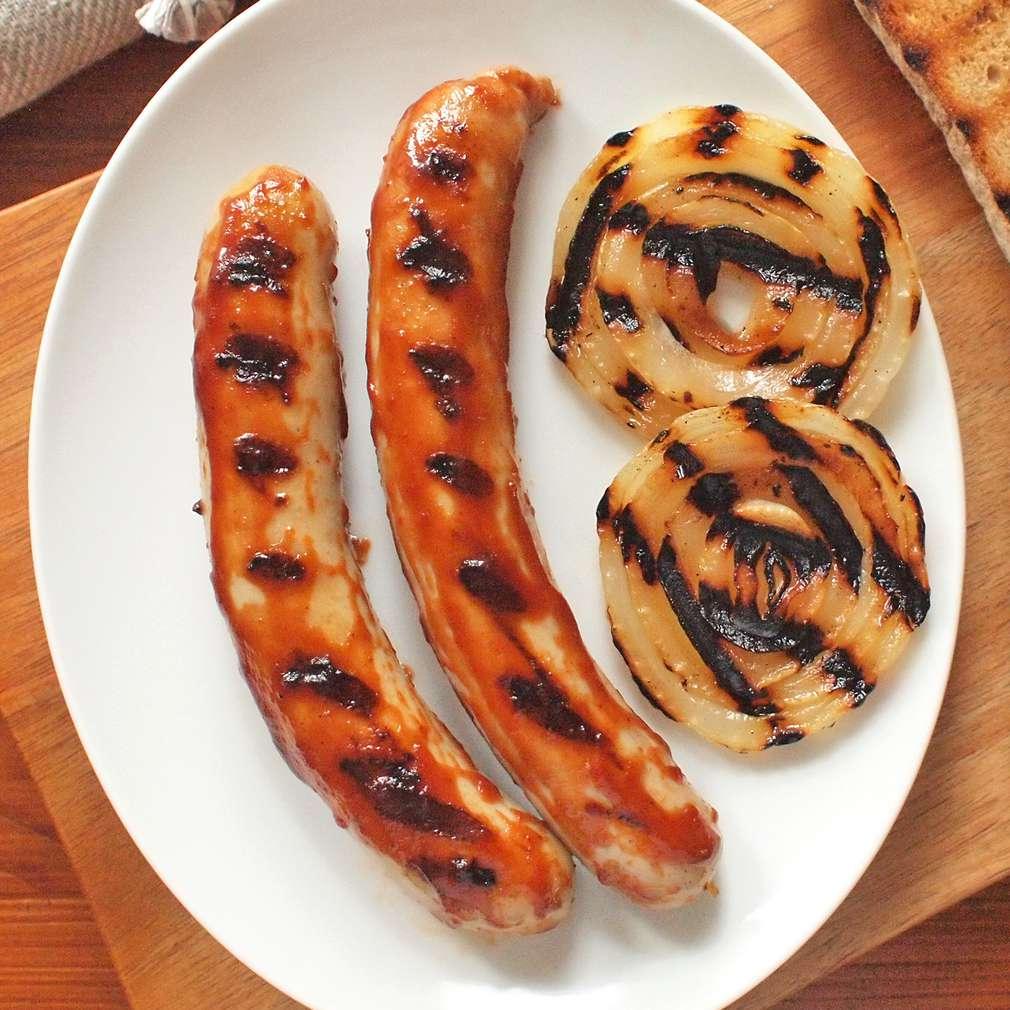 Zobrazit Klobásky na grilu s cibulí a BBQ omáčkou receptů
