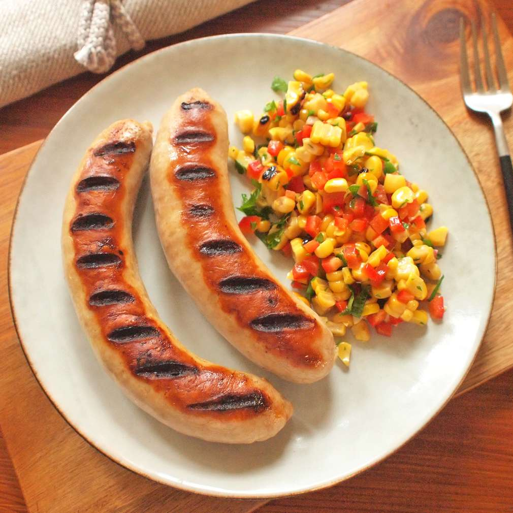 Klobásky na grilu s kukuřičným salátem