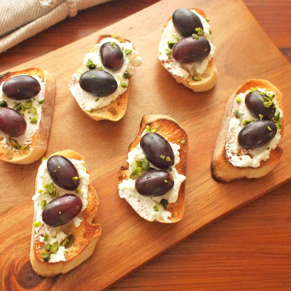 Zobrazit Topinky s kozím sýrem a hroznovým vínem receptů