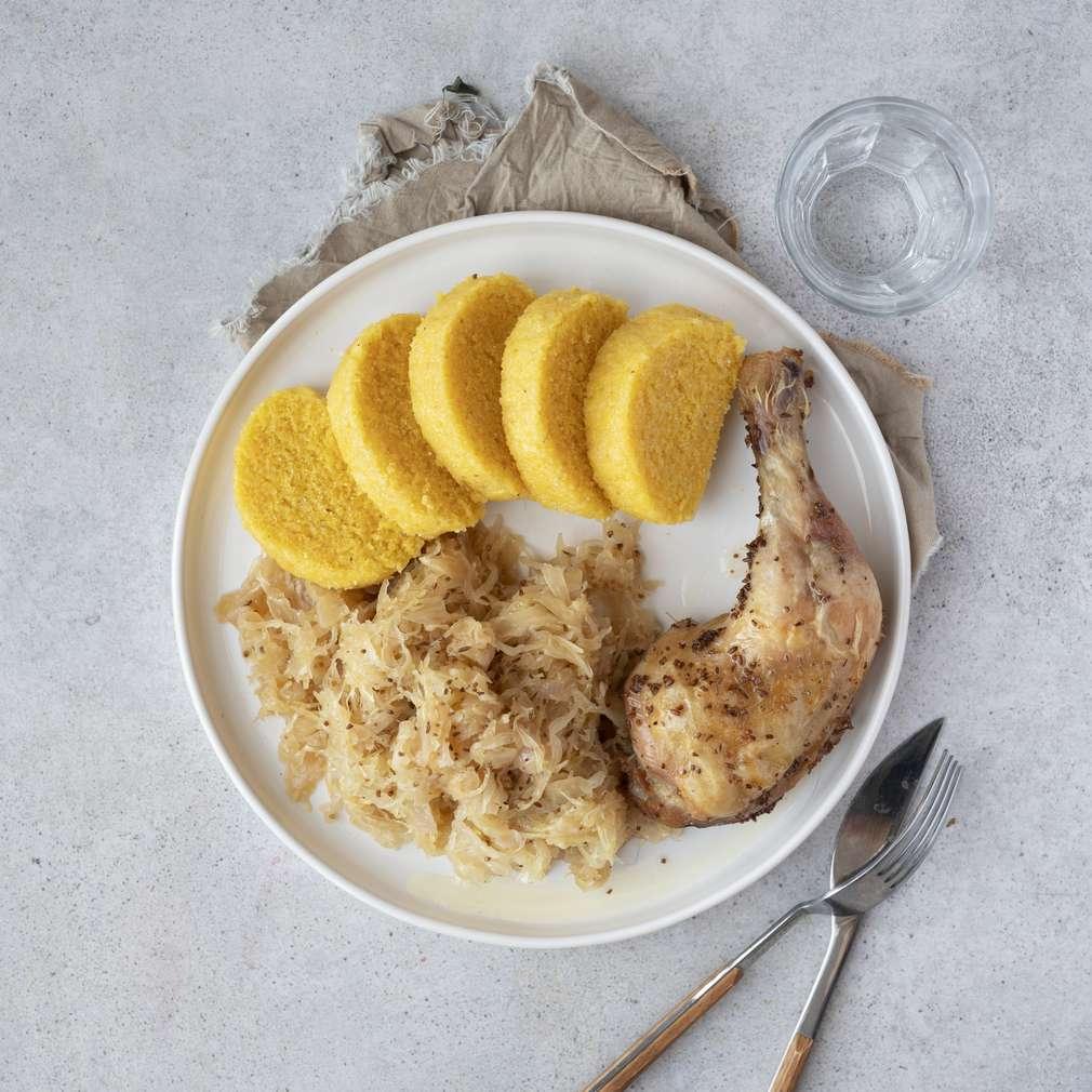 Zobrazit Pečená kuřecí stehna se zelím a bramborovým knedlíkem receptů