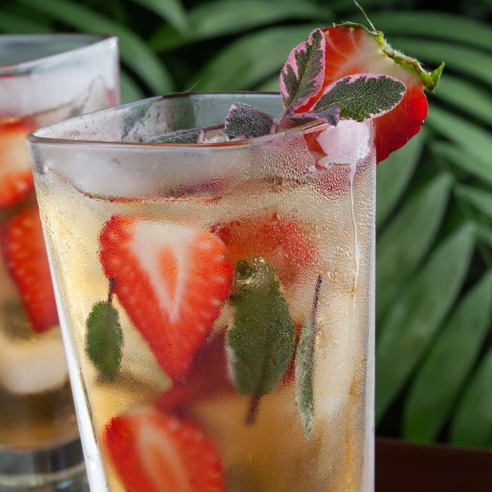 Imaginea rețetei Ceai de mentă cu căpșune