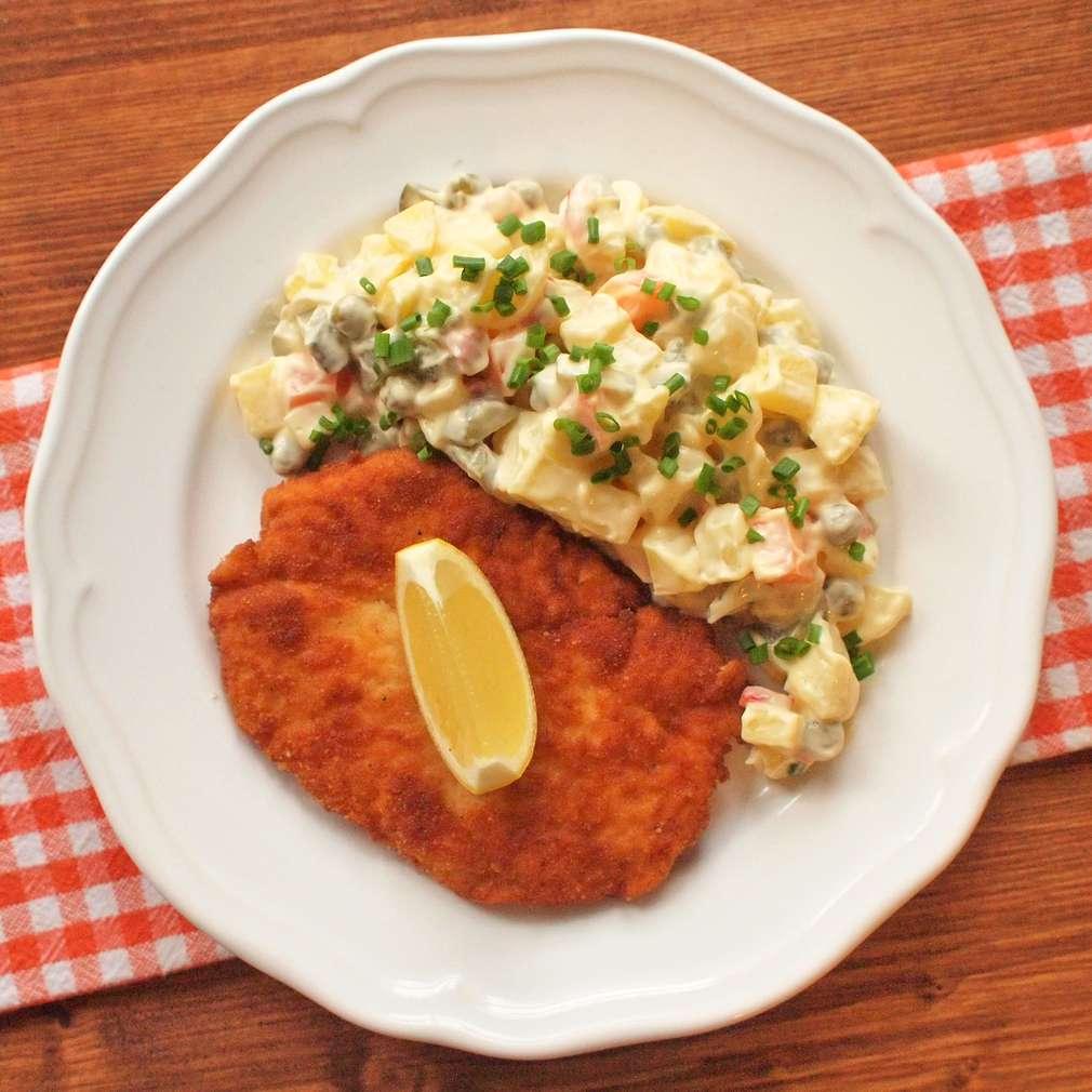 Zobrazit Kuřecí řízek s bramborovým salátem receptů