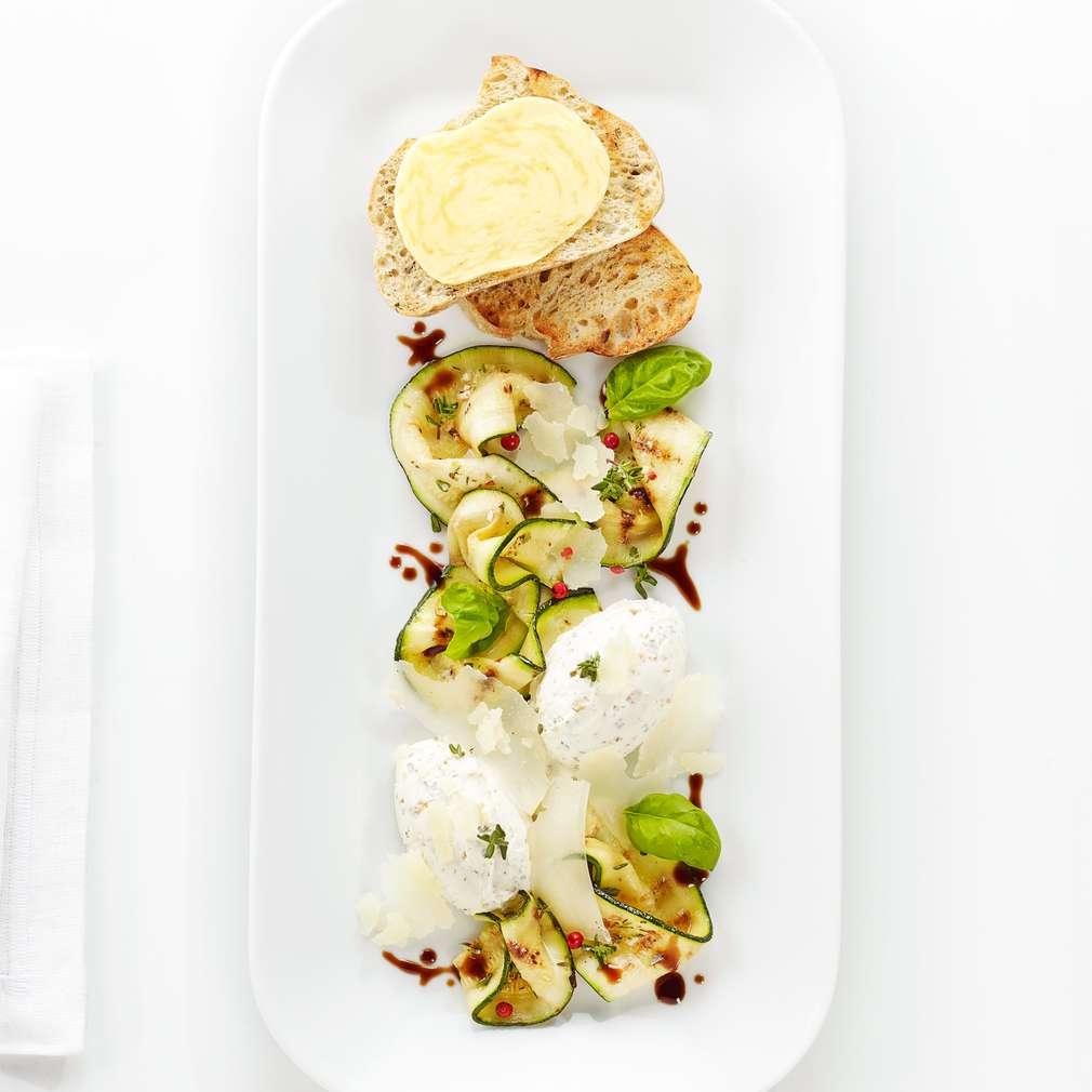 Abbildung des Rezepts Zucchini-Carpaccio mit Frischkäse Creme
