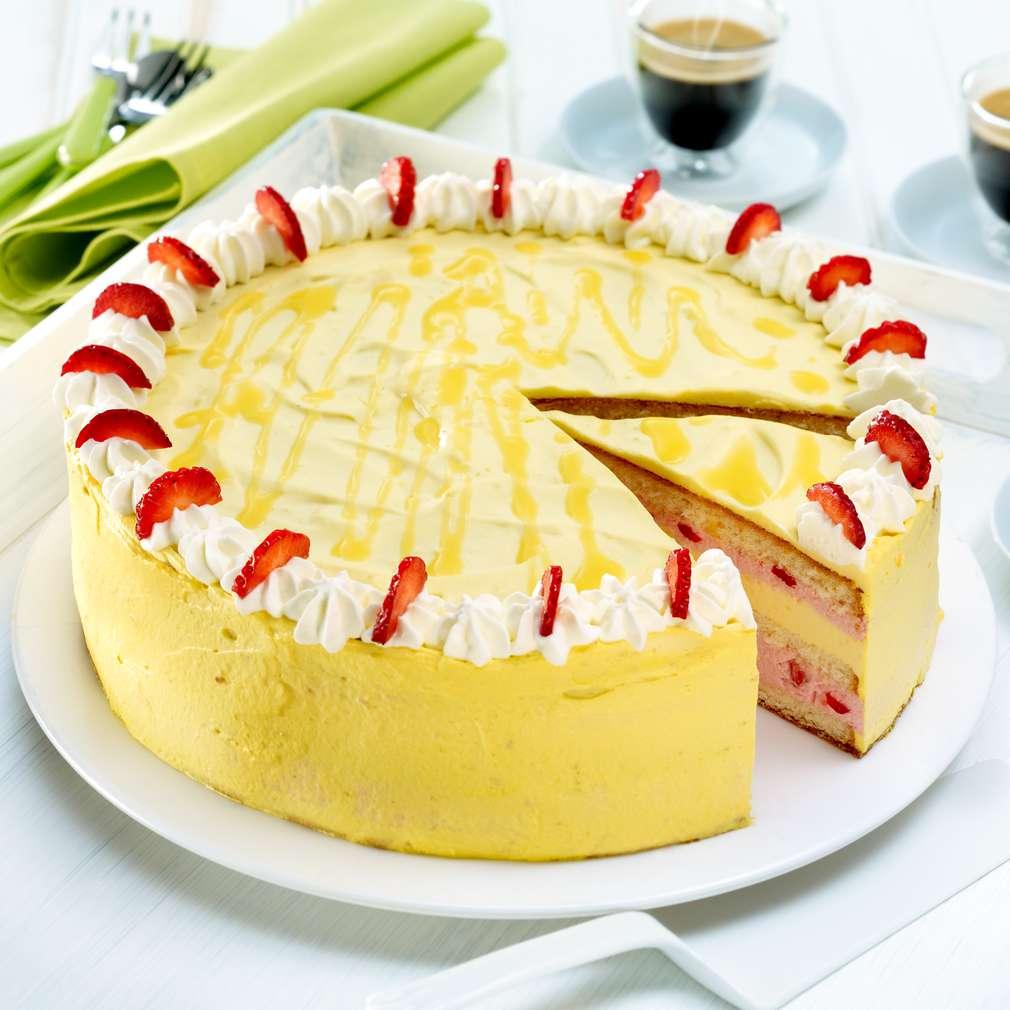 Imaginea rețetei Tort cu lichior de ouă și căpșuni