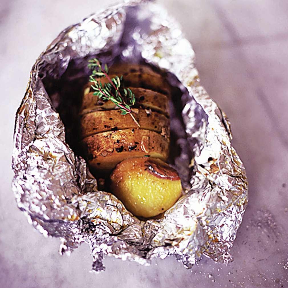 Abbildung des Rezepts Backkartoffeln mit Knoblauch, Thymian und Sardellenfilets