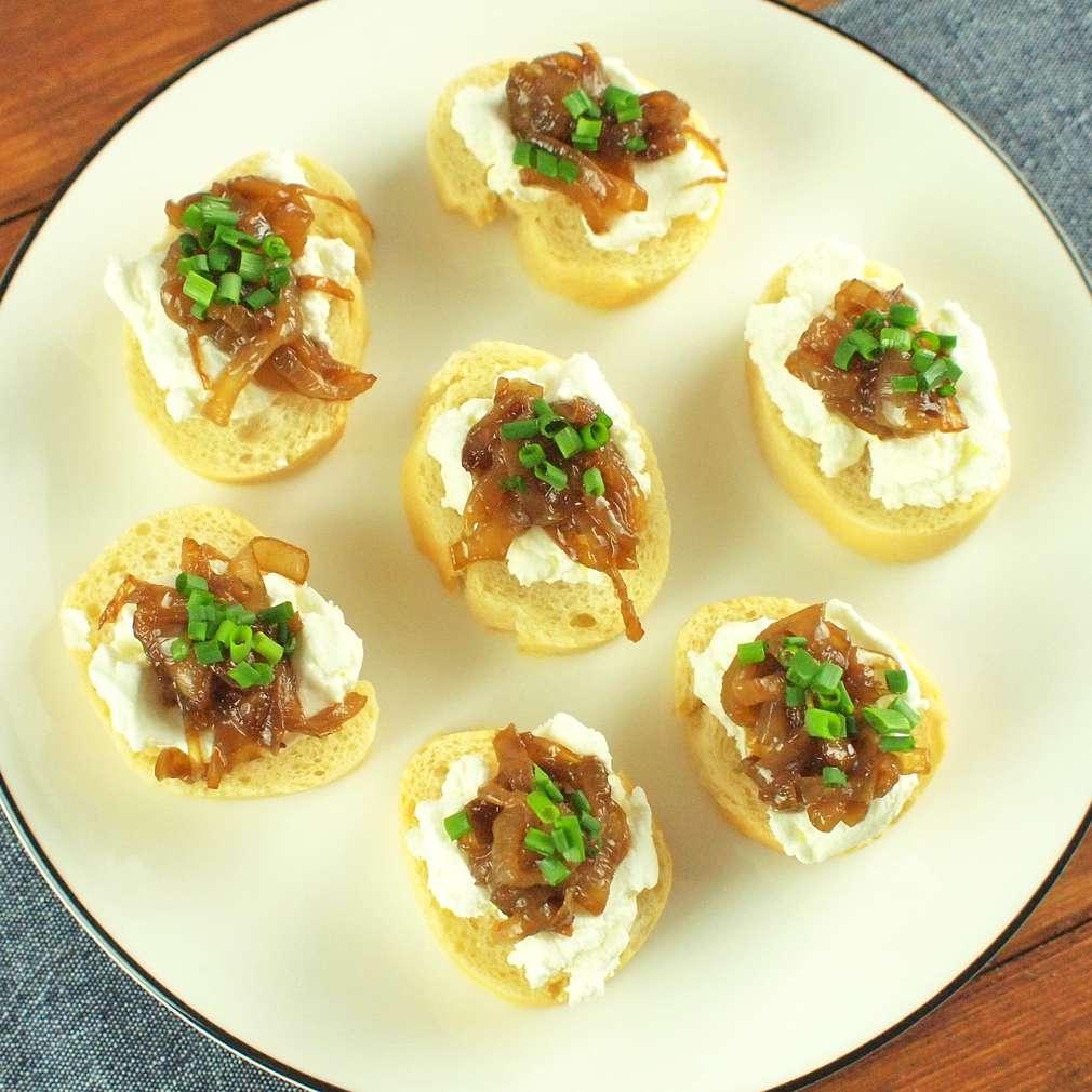 Zobrazit Jednohubky s kozím sýrem receptů