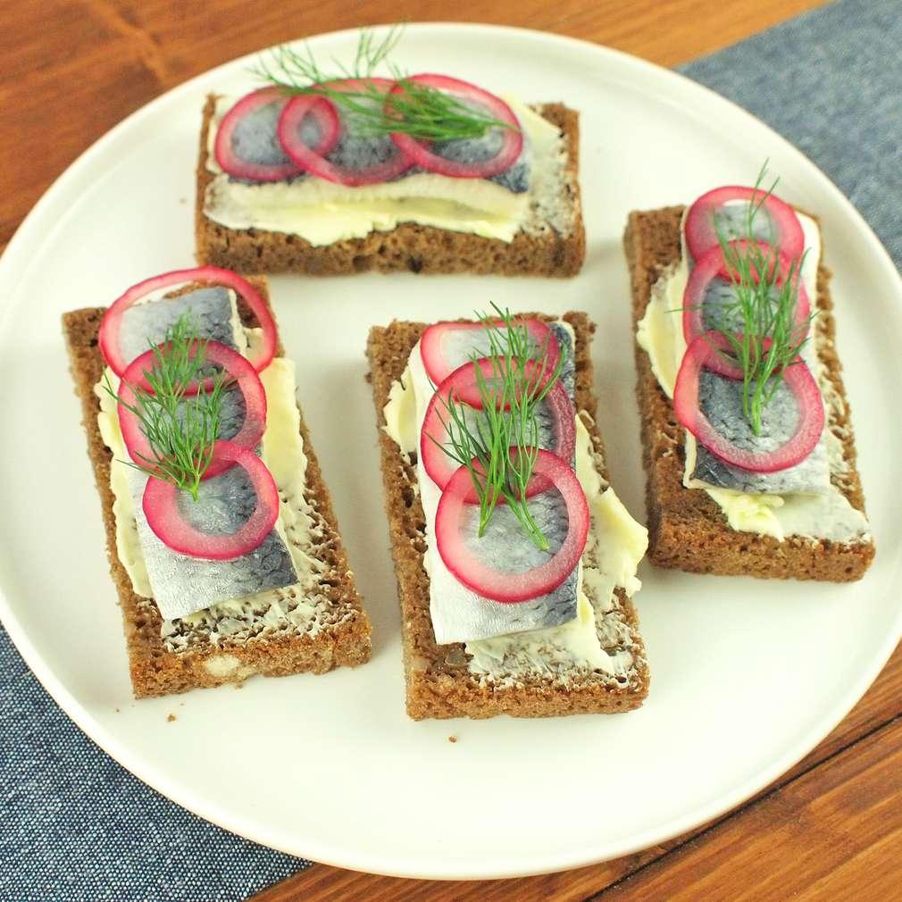 Zobrazit Žitný chléb s nakládaným sleděm receptů