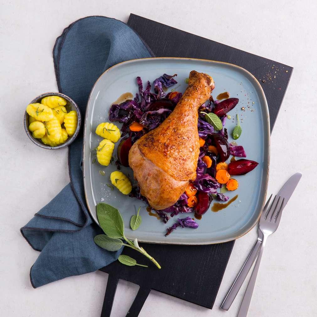 Изобразяване на рецептата Печено пуешко бутче със салвия, червено зеле и сини сливи