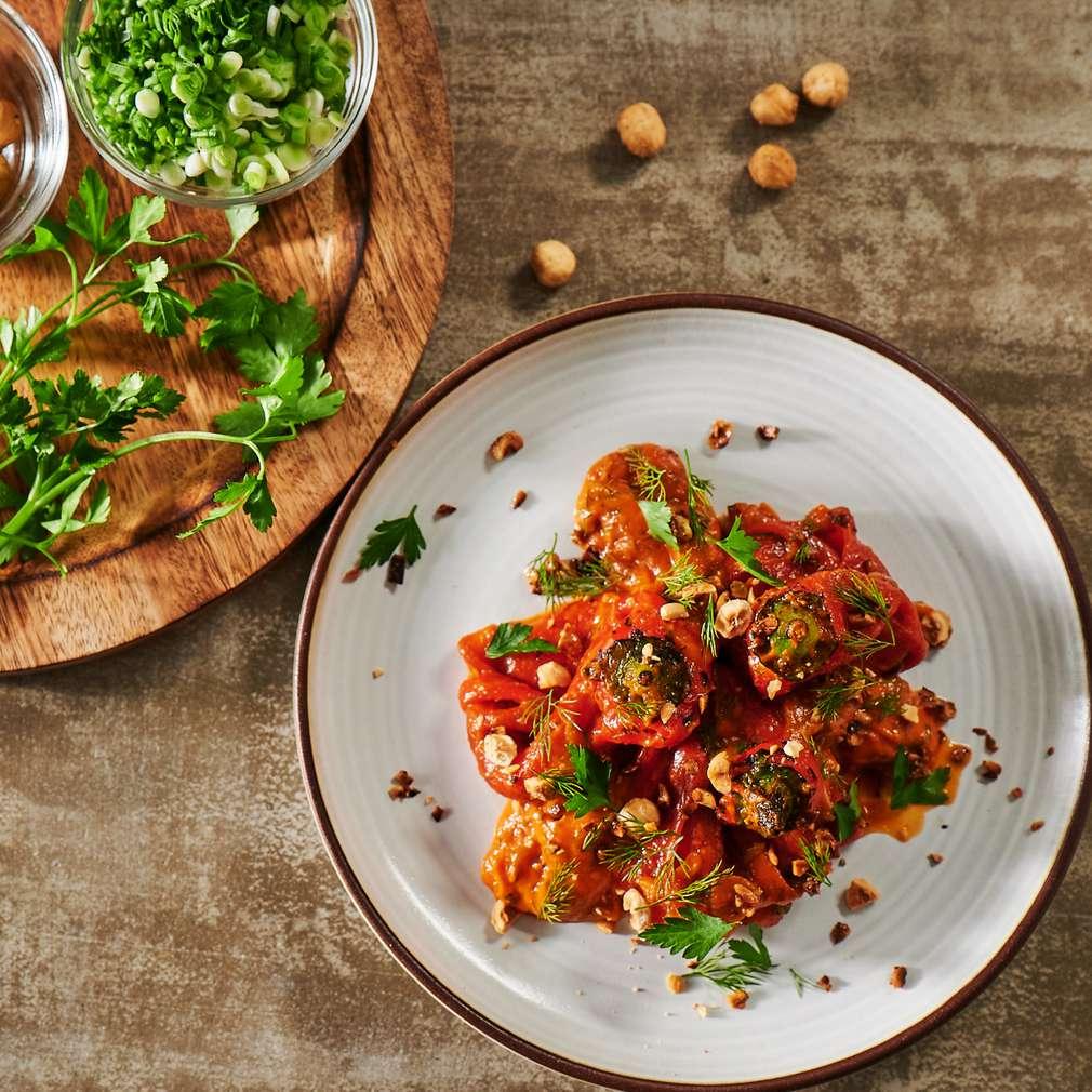 Изобразяване на рецептата Печени чушки в пикантен доматен сос с печени лешници