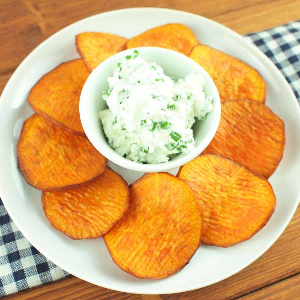 Zobrazit Chipsy ze sladkých brambor s pažitkovým dipem receptů
