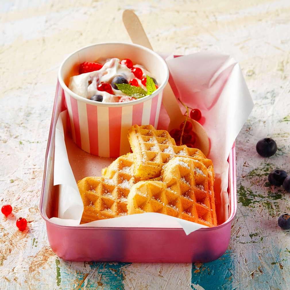 Fotografija recepta Vafli od vanilije s voćnim jogurtom