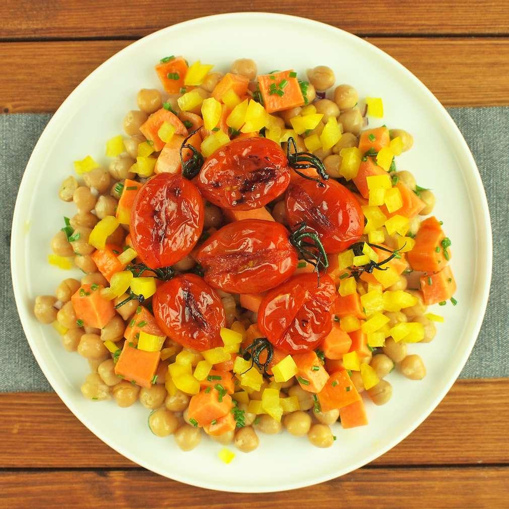 Zobrazit Cizrnový salát s pečenými rajčaty receptů