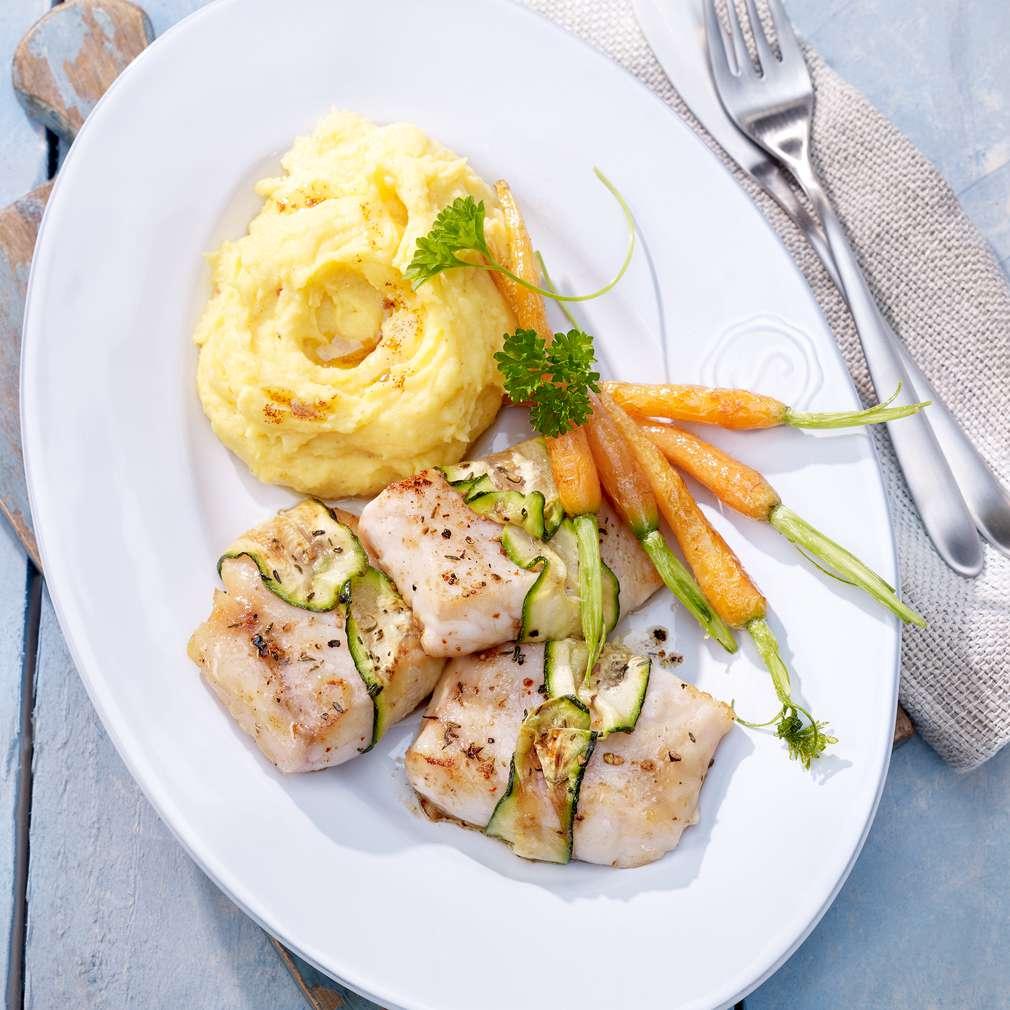 Abbildung des Rezepts Viktoriabarsch-Zucchini-Päckchen auf Butter-Kartoffel-Püree