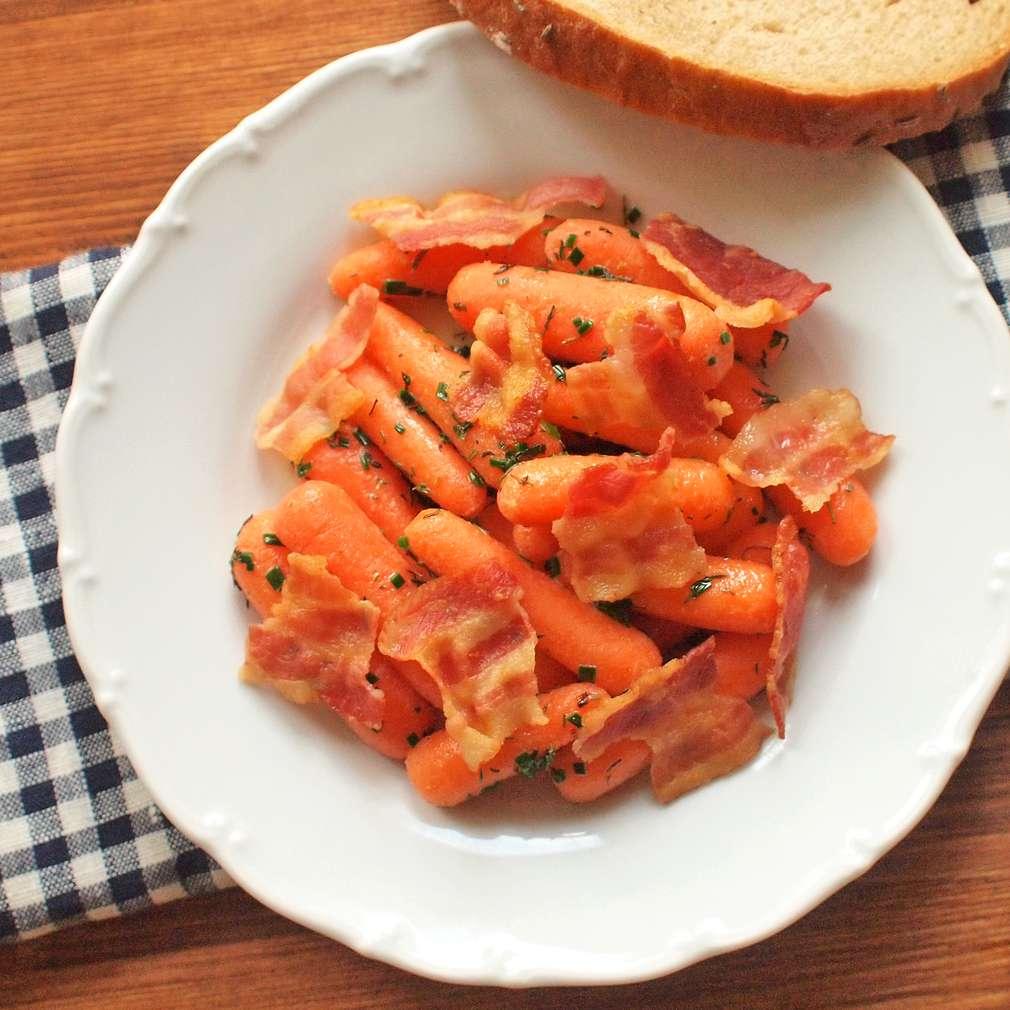 Zobrazit Dušená karotka s křupavou slaninou receptů