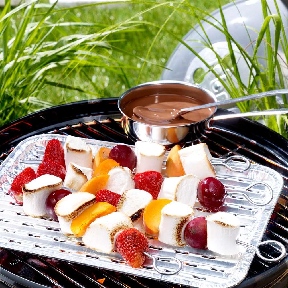 Zdjęcie przepisu Szaszłyki z pianki marshmallow i owoców