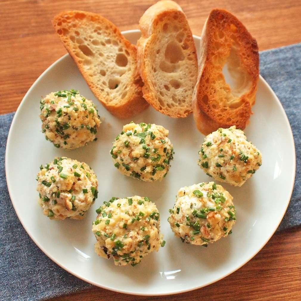 Zobrazit Pikantní sýrové kuličky s vlašskými ořechy receptů
