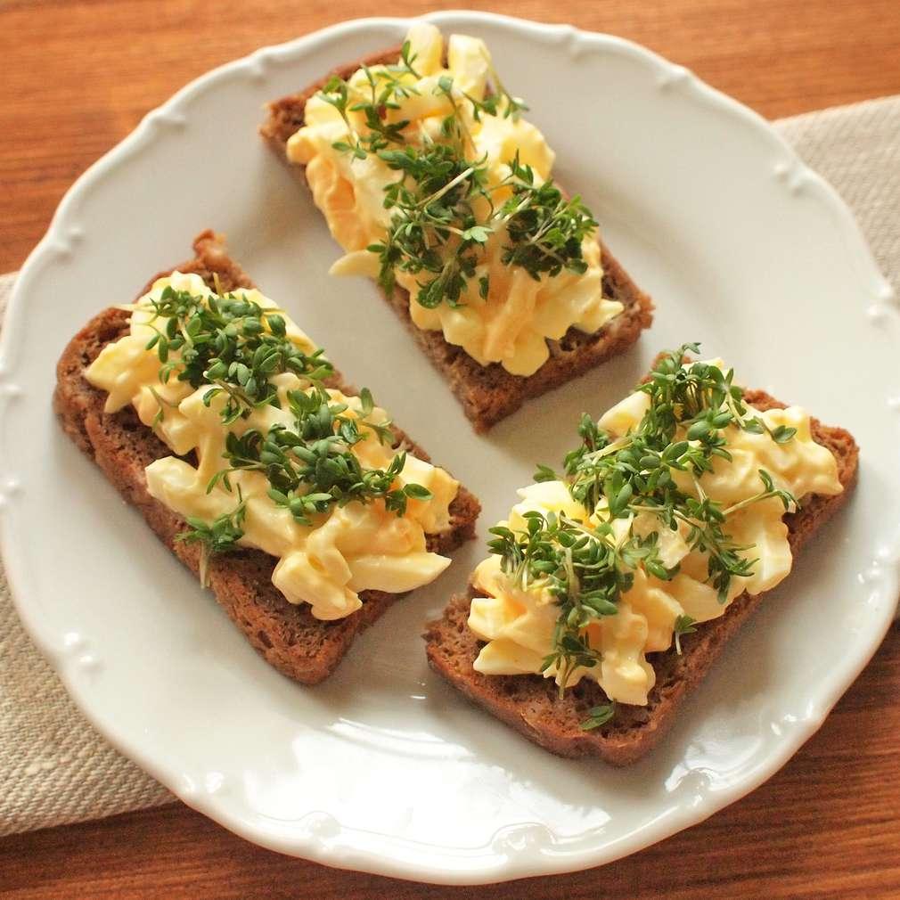 Zobrazit Žitný chléb s vajíčkovým salátem a řeřichou receptů
